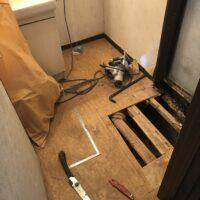 洗面所床補修工事